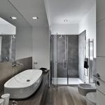 bagno moderno con box doccia e parquet